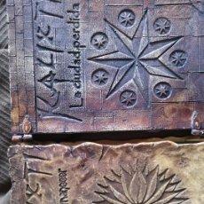 Libros antiguos: LIBRO LA LLAVE DEL AMANECER Y LA CIUDAD PERDIDA TAPA DE MADERA. Lote 285415363