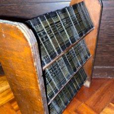 Libros antiguos: SHAKESPEARE.BONITA EDICIÓN MINIATURA, 39 TOMOS EN ESTANTERÍA DE MADERA. 1932. VER FOTOS. Lote 225852730