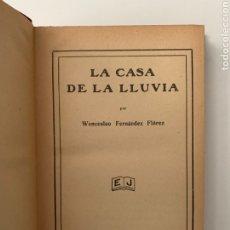Libros antiguos: WENCESLAO FERNÁNDEZ FLÓREZ. LA CASA DE LA LLUVIA. EDITORIAL JUVENTUD, 1935. PRIMERA EDICIÓN.. Lote 244844460