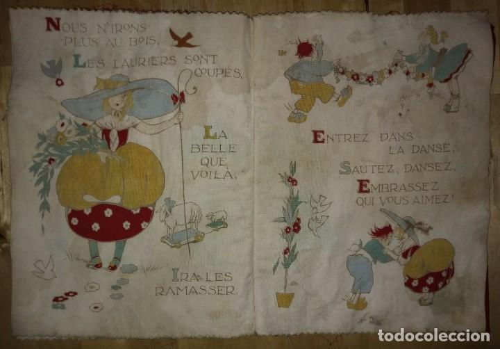 Libros antiguos: Libro impreso en tela del ilustrador infantil Félix Lorioux Une poule sur un mur dessins F. Lorioux - Foto 2 - 116803079
