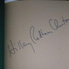 Libros antiguos: HILLARY CLINTON. LIBRO FIRMADO. . Lote 178855618