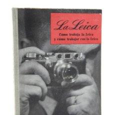 Libros antiguos: LA LEICA, CÓMO TRABAJA LA LEICA Y CÓMO TRABAJAR CON LA LEICA, 1948, W.D.EMANUEL, BARCELONA. 12X16CM. Lote 109452563