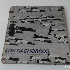 Libros antiguos: LOS CACHORROS MARIO VARGAS LLOSA XAVIER MISERACHS PRIMERA EDICION. Lote 203765358