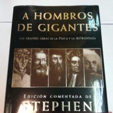 Livros antigos: STEPHEN HAWKING A HOMBROS DE GIGANTES. LAS GRANDES OBRAS DE LA FISICA Y LA ASTRONOMIA SA2571. Lote 237727700