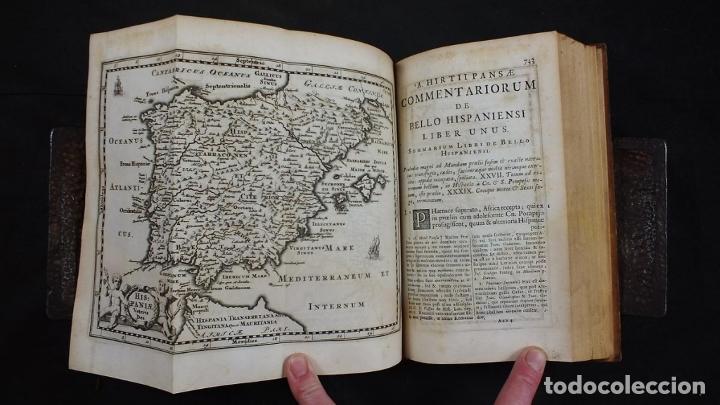 Libros antiguos: C. Julii Cæsaris quæ extant omnia.., 1713. Julio César. Frontispicio, grabados y mapas - Foto 18 - 201839792