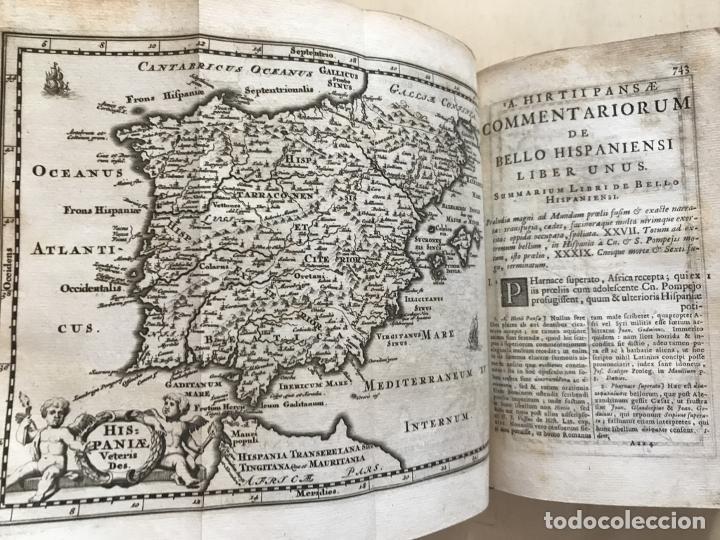 Libros antiguos: C. Julii Cæsaris quæ extant omnia.., 1713. Julio César. Frontispicio, grabados y mapas - Foto 45 - 201839792