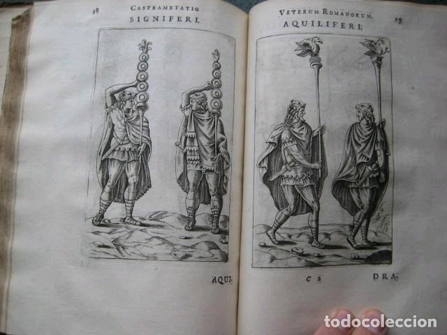 Libros antiguos: VETERUM ROMANORUM RELIGIÓN CASTRAMETATIO...., 1685. Guilielmo du Choul. Grabados - Foto 17 - 230415295