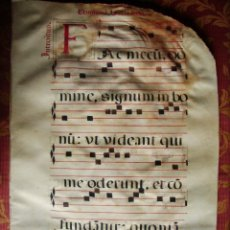 Libros antiguos: 1500C-HOJA ANTIFONARIO.CANTORAL.MÚSICA.PERGAMINO ORIGINAL GRANDE DE 49X33 CM. Lote 47748807