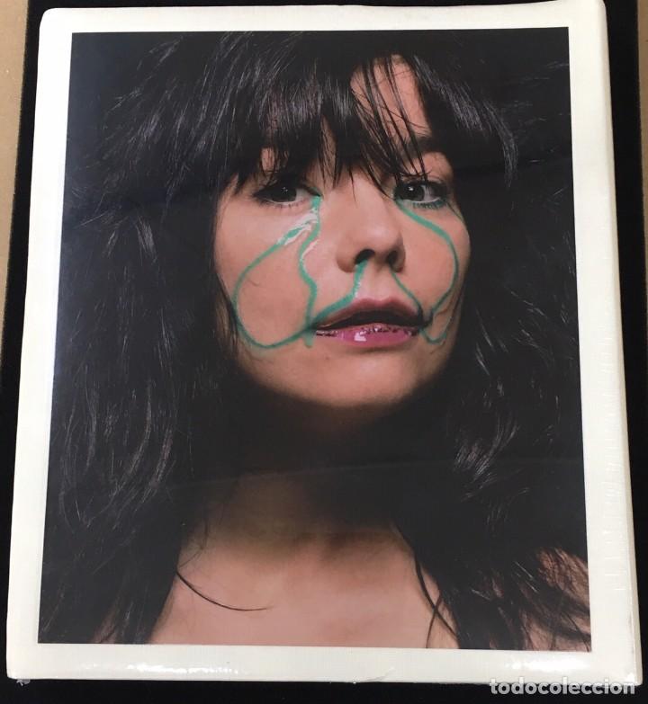 Libros antiguos: Björk Libro con fotografías y textos en inglés-NUEVO Y PRECINTADO - Foto 2 - 134523018