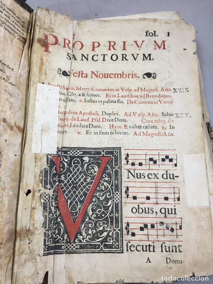 Libros antiguos: Antifonario español siglo XVI portadas madera y piel 1596 mas de 300 páginas daños de uso - Foto 2 - 210080728
