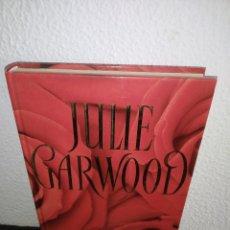 Libros antiguos: JULIE GARWOOD EL SECRETO NOVELA TAPA DURA. Lote 192960196