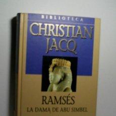 Libros antiguos: RAMSÉS. LA DAMA DE ABU SIMBEL. JACQ CHRISTIAN. 2001. Lote 101123939