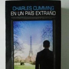 Libros antiguos: EN UN PAÍS EXTRAÑO - CHARLES CUMMING - ED. SALAMANDRA 2017. Lote 187387337