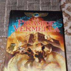 Libros antiguos: LA PIRAMIDE VERMELLA RICK RIORDAN EN CATALAN. Lote 51937931