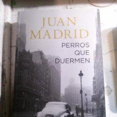Libros antiguos: PERROS QUE DUERMEN, JUAN MADRID, ALIANZA LITERARIA.. Lote 148164302