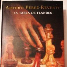 Libri antichi: LA TABLA DE FLANDES ARTURO PÉREZ REVERTE TAPA DURA CON SOBRECUBIERTA Y ESTUCHE. Lote 183185300