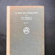 Libros antiguos: LA VOIE DE L'OCCULTISTE. SECTION I. COMMENTAIRES SUR AUX PIEDS DU MAITRE. ED. ADYAR. PARIS, 1927.. Lote 295736998