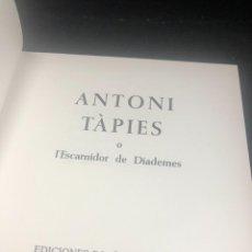 Libros antiguos: ANTONI TAPIES O L´ESCARNIDOR DE DIADEMES. EDICIONES POLIGRAFA 1986. MULTILINGÜE. Lote 277260353