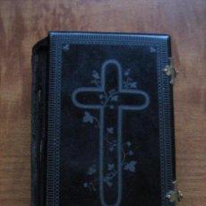 Libros antiguos: LA LUZ DEL CIELO - FINALES DEL SIGLO XIX - PORTADAS BAQUELITA NEGRA VER FOTOS - CANTOS DORADOS. Lote 103708975