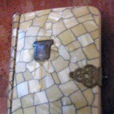 Libros antiguos: PEQUEÑO MANUAL EUCARISTICO AÑO 1929, NACARADO CON REMACHES DORADOS 10 / 7CM . Lote 149837054