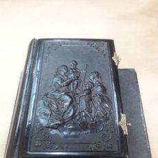 Libros antiguos: PRECIOSO DEVOCIONARIO HORAS MUJER CATÓLICA EN CAJA LAPLACE SÁNCHEZ PARÍS EBONITA BRONCE. Lote 155693133