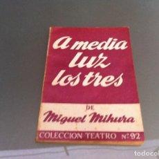 Libros antiguos: MIGUEL MIHURA. A MEDIA LUZ LOS TRES. ED. ESCELICER, 1965. TEATRO. Nº 92. Lote 122087295