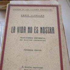 Libros antiguos: LLUELLES, ENRIC: LA VIDA NO ÉS NOSTRA TRAGI COMÈDIA SENTIMENTAL EN QUATRE JORNADES. . Lote 160002066