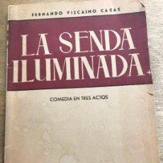 Libros antiguos: LA SENDA ILUMINADA. COMEDIA EN TRES ACTOS. FERNANDO VIZCAÍNO CASAS. PRIMERA EDICIÓN.. Lote 206875110