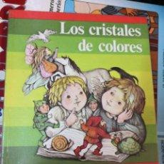 Libros antiguos: LOS CRISTALES DE COLORES - FANTASIA Y LECTURA 1 - SANTILLANA MÁS REGALO CUENTOS DE CALLEJA . Lote 170873105