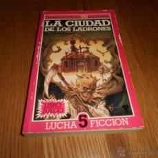 Libros antiguos: LA CIUDAD DE LOS LADRONES (LUCHA FICCIÓN 5) - IAN LIVINGSTONE - ALTEA JUNIOR Nº 89. Lote 71941558