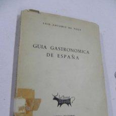 Libros antiguos: GUIA GASTRONOMICA DE ESPAÑA. LUIS ANTONIO DE VEGA. EDITORA NACIONAL. MADRID. 1957. TIENE 280 PAGINAS. Lote 53804398
