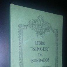 Libros antiguos: LIBRO SINGER DE BORDADOS / SINGER SEWING MACHINE COMPANY / 1925. Lote 70103561