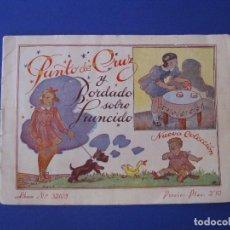 Libros antiguos: PUNTO DE CRUZ Y BORDADO SOBRE FRUNCIDO. NUEVA COLECCIÓN Nº 32103. EL DIBUJANTE. CASA CALEF. Lote 98394231