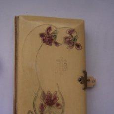 Libros antiguos: LIBRO DE HORAS DE PRIMERA COMUNIÓN. BARCELONA 1891. TAPAS DECORADAS CON FLORES, ART NOUVEAO CATALÁN. Lote 126062051