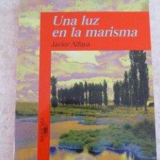 Libros antiguos: UNA LUZ EN LA MARISMA - JAVIER ALFAYA - ALGAFUARA EDITORIAL 1995. Lote 126184443