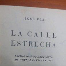 Libros antiguos: LA CALLE ESTRECHA, JOSÈ PLA, PREMIO 1951 JOANOT MARTORELL. Lote 130059151
