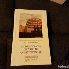 Libros antiguos: LA DEMOCRACIA Y EL TRIBUNAL CONSTITUCIONAL. Lote 136520314