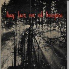 Libros antiguos: HAY LUZ EN EL BOSQUE. Lote 153237406