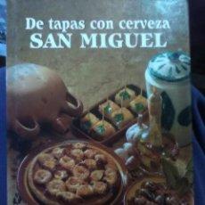 Libros antiguos: DE TAPAS CON CERVEZA SAN MIGUEL. Lote 159005490