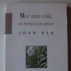 Libros antiguos: MOR UNA VIDA, ES TRENCA UN AMOR DE JOAN PLA ED. BROMERA. Lote 174916039
