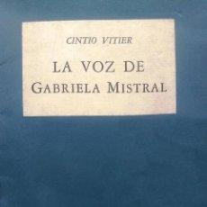 Livres anciens: LA VOZ DE GABRIELA MISTRAL - VITIER, CINTIO ( 1921-2009 ). Lote 193538281