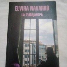 Libros antiguos: LA TRABAJADORA - ELVIRA NAVARRO - 1ª EDICIÓN DE 2014. Lote 194334246
