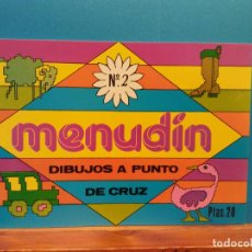 Libros antiguos: MENUDÍN. DIBUJOS A PUNTO DE CRUZ. DISTRIBUCIONES REUNIDAS S.A.. Lote 194860007
