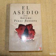 Libros antiguos: EL ASEDIO- ARTURO PÉREZ REVERTE. Lote 196917533