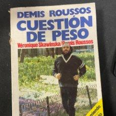 Libros antiguos: DEMIS ROUSSOS CUESTIÓN DE PESO COMO ADELGAZAR COMIENDO RECETAS MÁS DICCIONARIO DIETÉTICO. Lote 256128485
