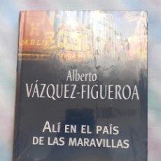 Libros antiguos: ALÍ EN ELPAÍS DE LAS MARAVILLAS - ALBERTO VÁZQUEZ FOGUEROA. Lote 258522260