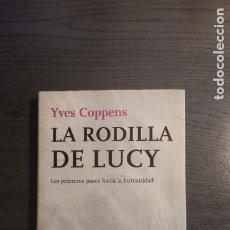 Libros: LA RODILLA DE LUCY. LOS PRIMEROS PASOS HACIA LA HUMANIDAD.-YVES COPPENS . Lote 172947982