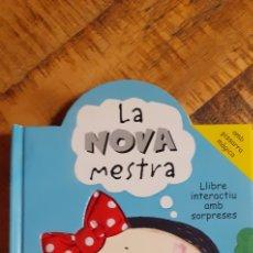 Libros: LA NOVA MESTRA - AMB PISSARRA MÀGICA - LLIBRE INTERACTIU AMB SORPRESES. Lote 187368917