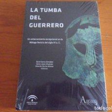 Libros: LA TUMBA DEL GUERRERO - UN ENTERRAMIENTO EXCEPCIONAL EN LA MALAGA DEL SIGLO VI A.C.. Lote 217806991