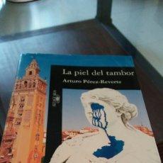 Libros de Aventuras: LIBRO LA PIEL DEL TAMBOR DE ARTURO PÉREZ REVERTE. Lote 91044188